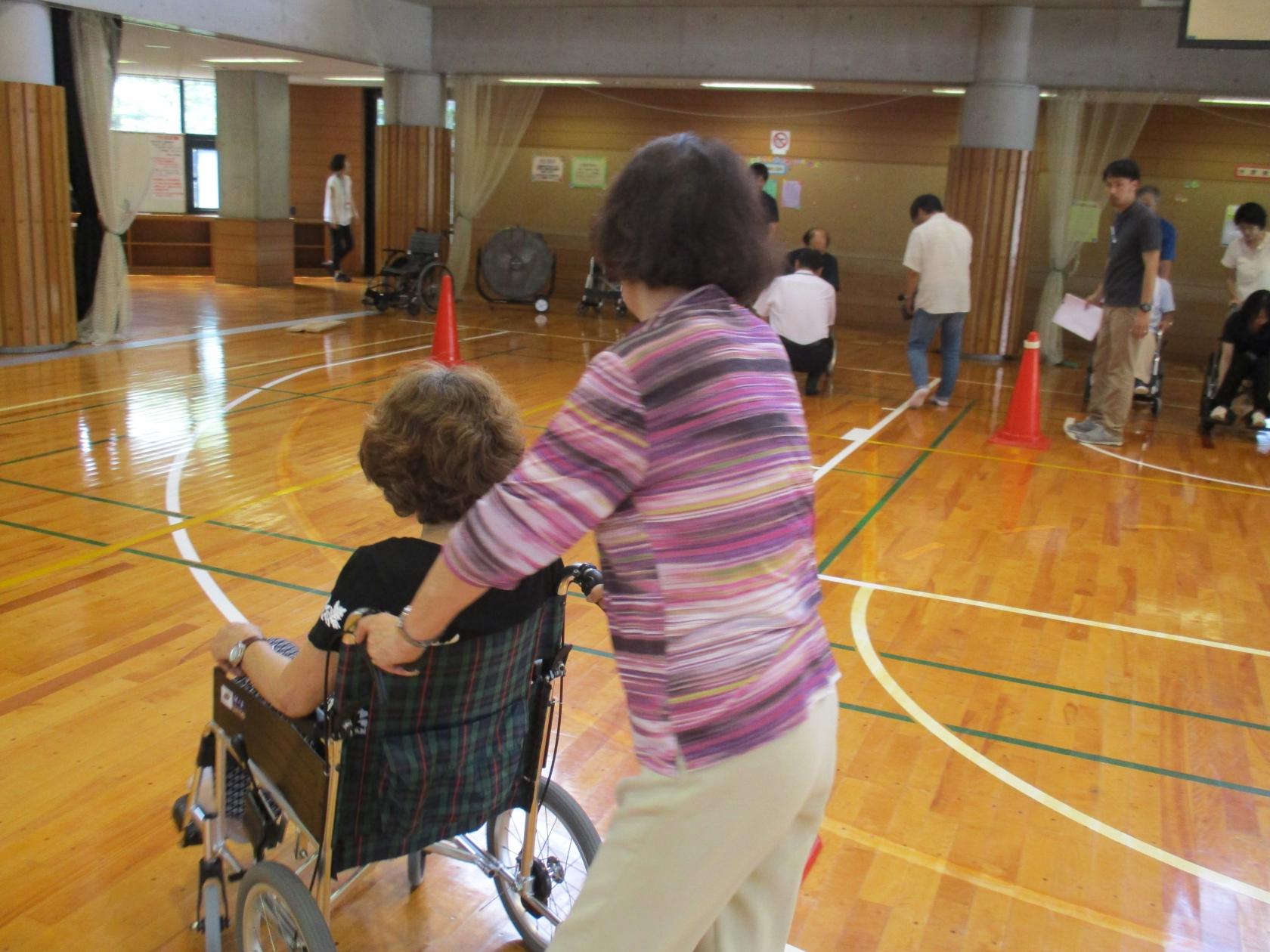 藤沢障がい者生活支援センターから「バリアフリー体験教室」を開催しました。