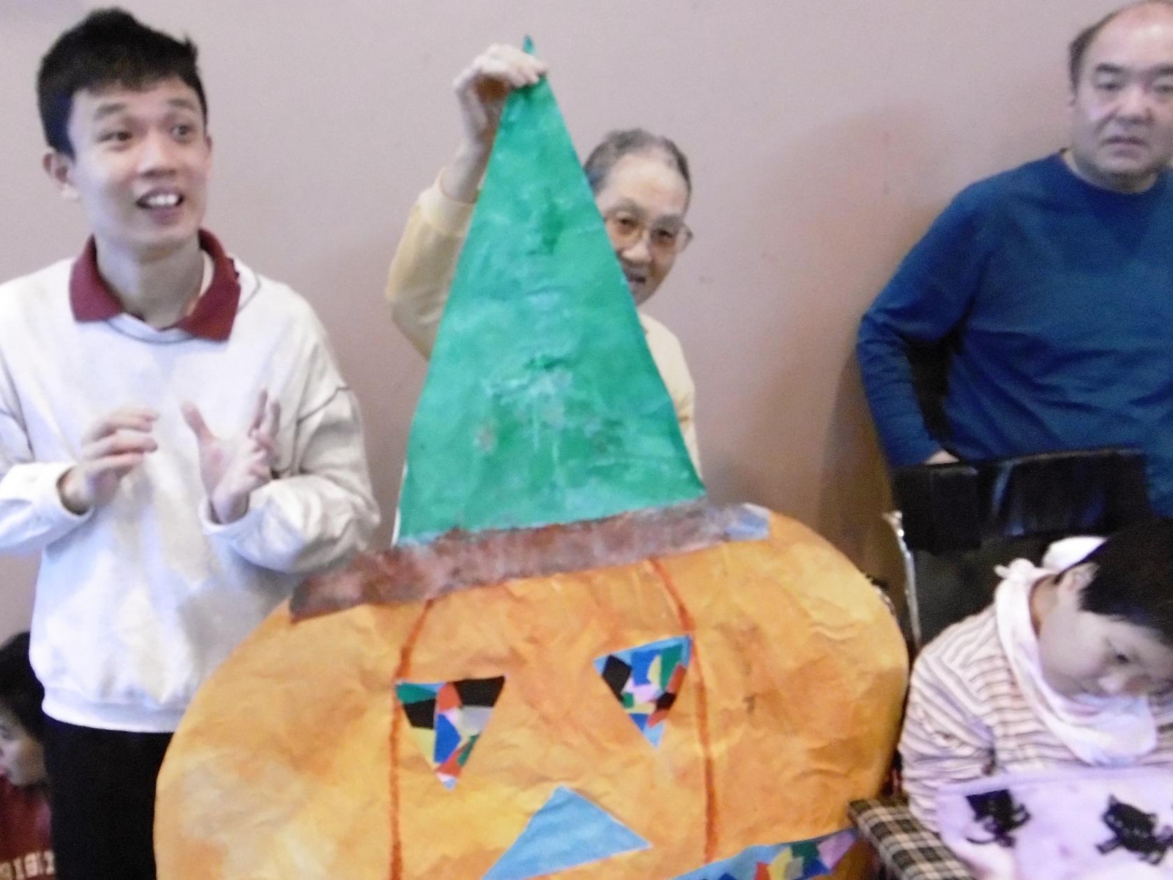 太陽の家藤の実学園より「ハロウィンの飾りつけを創作しました!」の報告です!