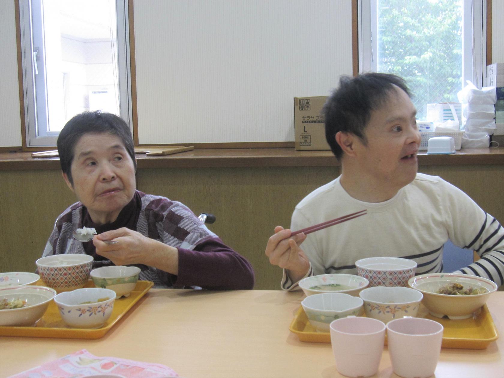 湘南希望の郷から「ワイワイ昼食会」の報告です!