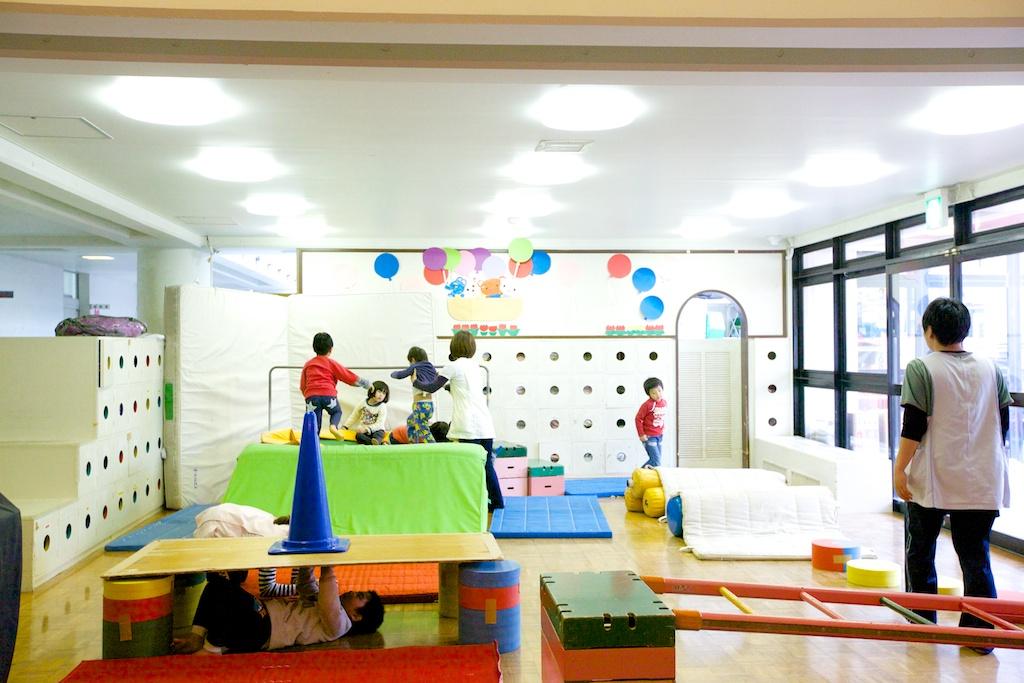 プレイルームで遊ぶ子ども達の写真
