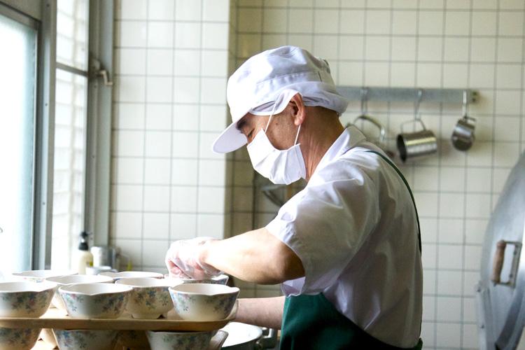 調理作業中の利用者さんの様子