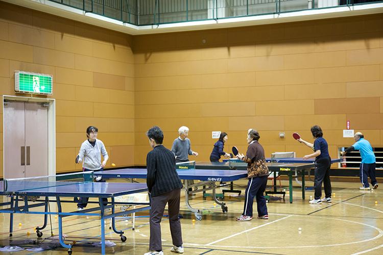 体育館で卓球中の写真
