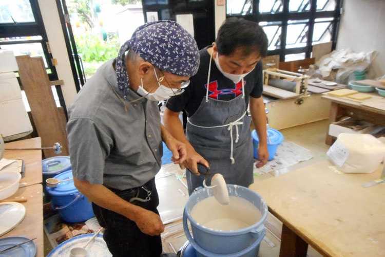 陶芸作業をする利用者さんの写真