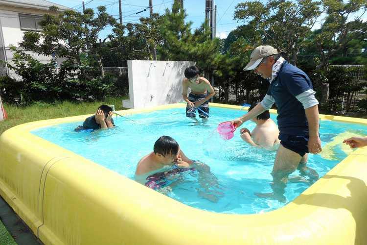 園庭のプールで活動する利用者さん達の写真