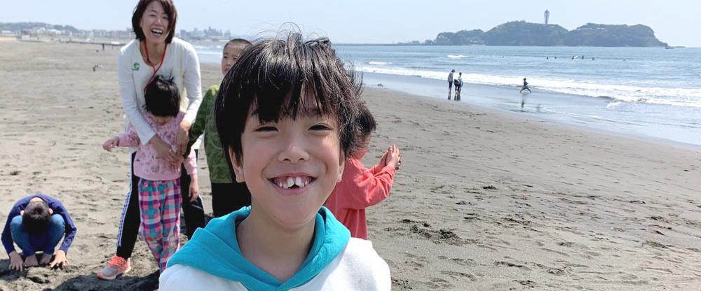 江ノ島をバックに笑顔でパチリ!