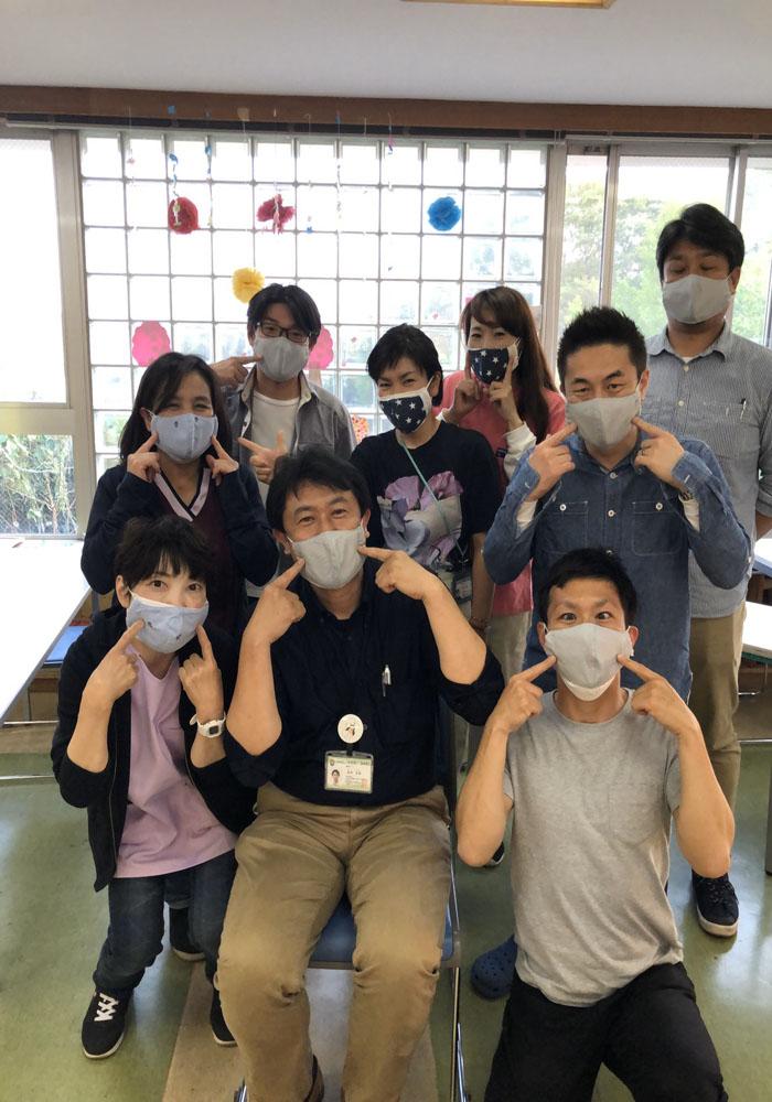 頂いたマスクを職員みんなで付けて記念撮影