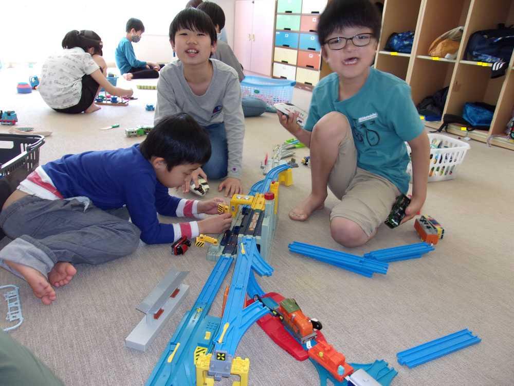 遊具で遊ぶ利用児童