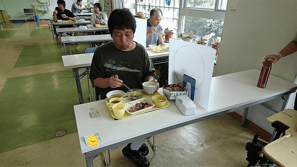 昼食風景(向き合わない配席)