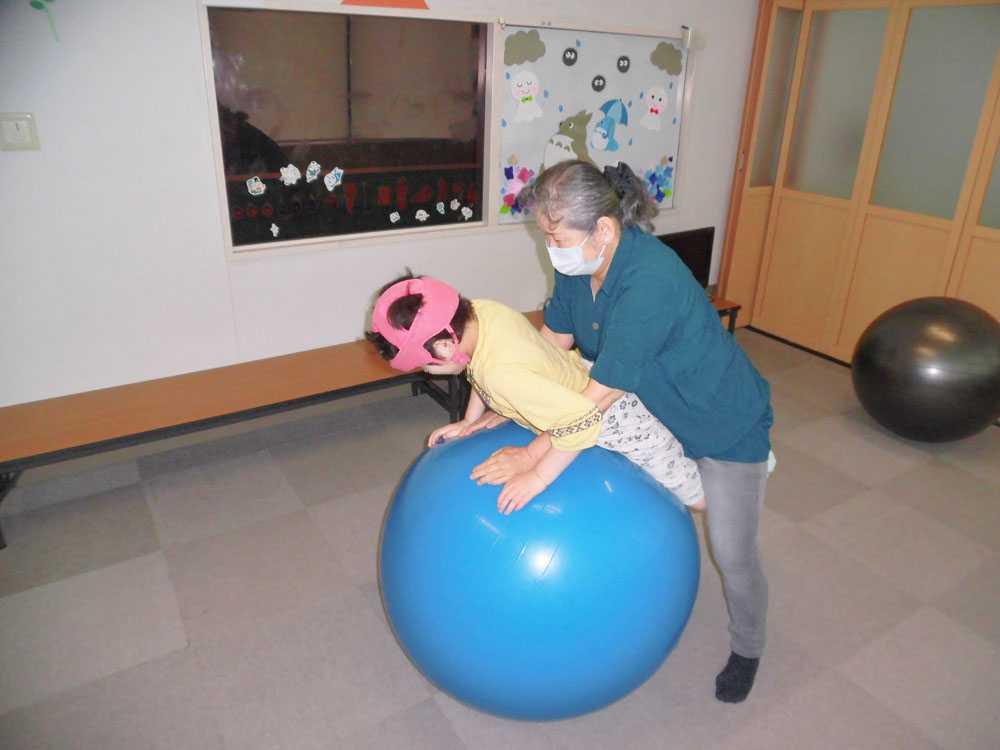 バランスボールで体を楽しく動かします