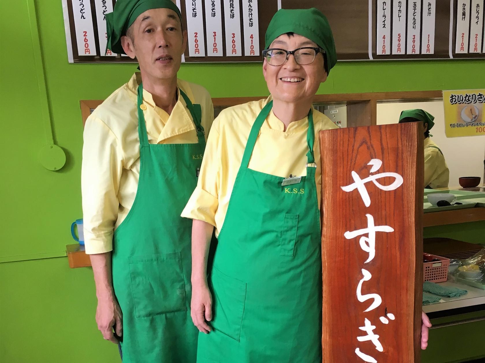 厨房で働くスタッフの写真