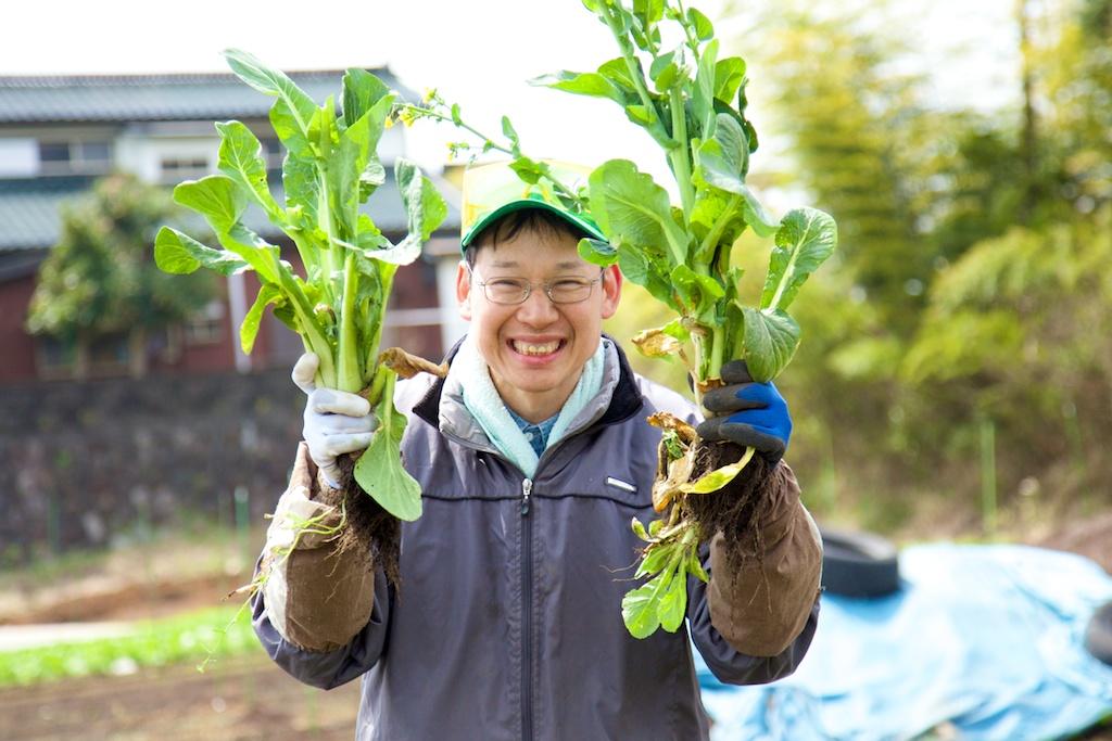 野菜を収穫して笑顔の利用者さん