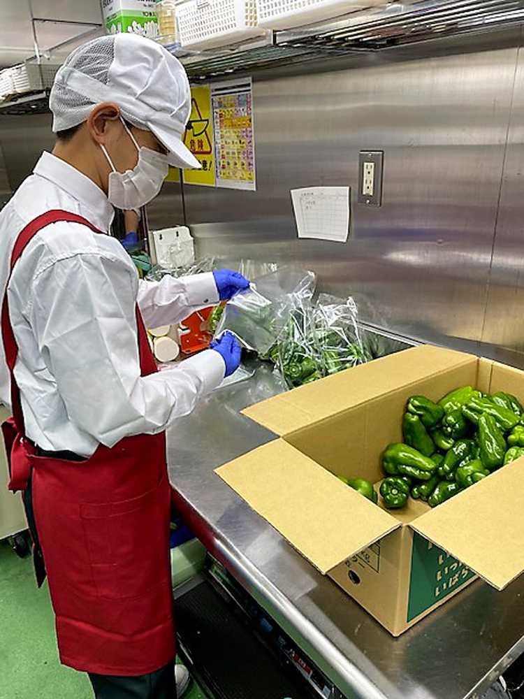 野菜の袋詰め作業