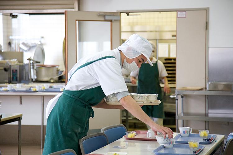 配膳作業中の男性の写真
