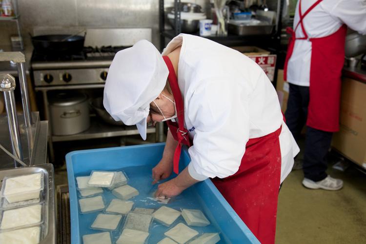 豆腐を水にさらしているところの写真
