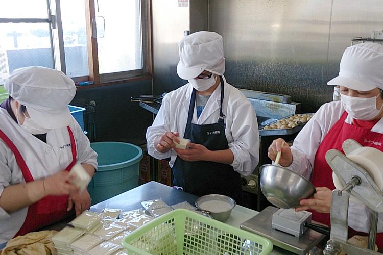 豆腐の形を整える様子の写真