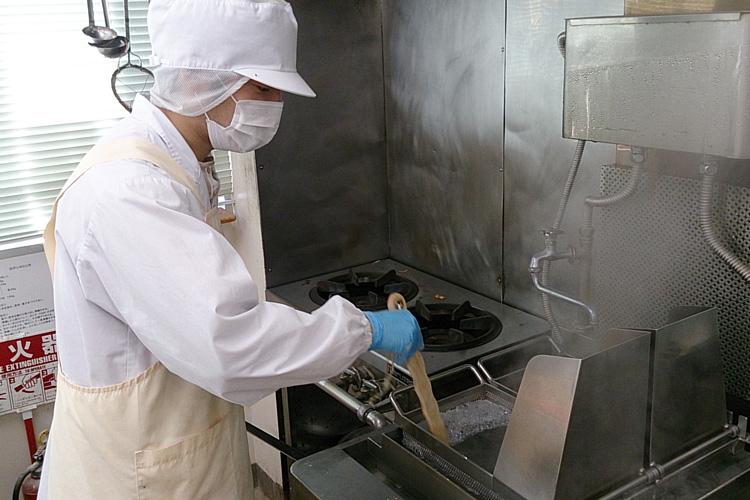麺を茹でているところの写真