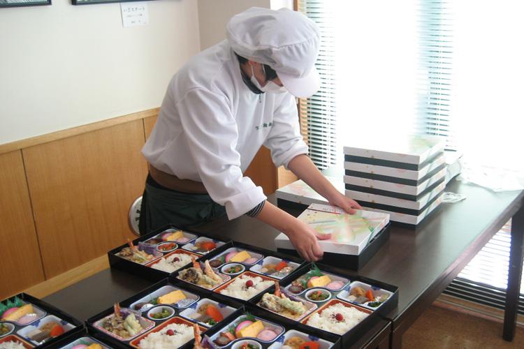 お弁当の梱包作業の写真