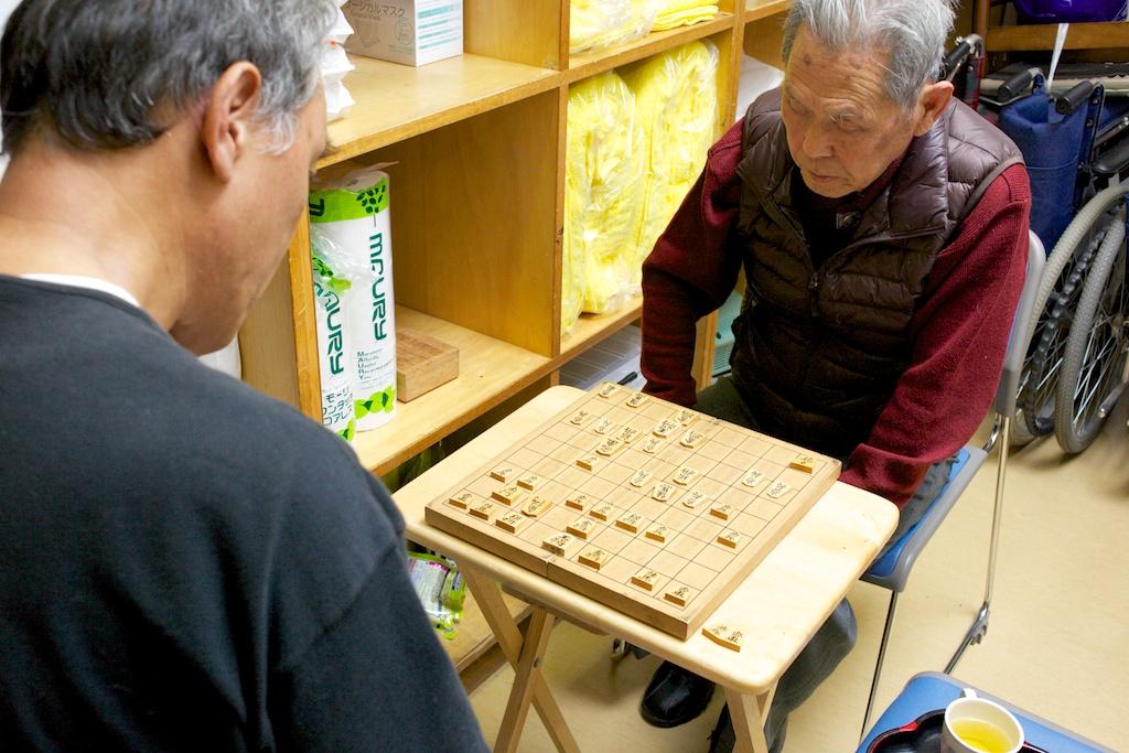 将棋を楽しむ利用者さんの写真