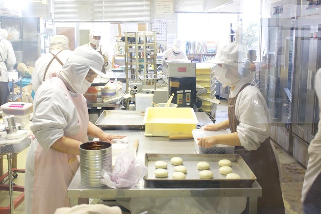 チームでパン生地成形の様子