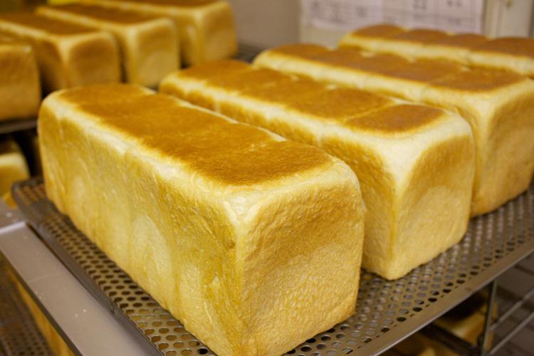 焼きたての食パン写真