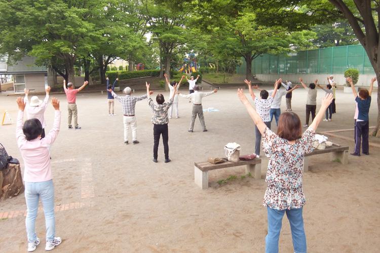 広場で体操を楽しんでいる写真